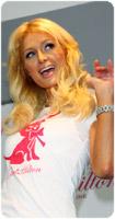 Paris Hilton Clothing line col chihuahua sulla maglietta