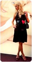 Paris Hilton Clothing line in vetrina alla Coin col cuoricino della cartoleria appeso sul vestito